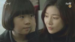 이보영에게 노트를 선물하는 허율, ′안녕, 엄마.. 윤복이도 안녕...′